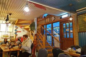 Sægreifinn i Reykjavik har langbord, og her kan man lett komme i prat med folk ved siden av.