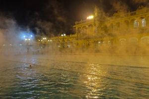 Szechenyi-badet i Budapest er populært for både lokale og turister på kveldstid.