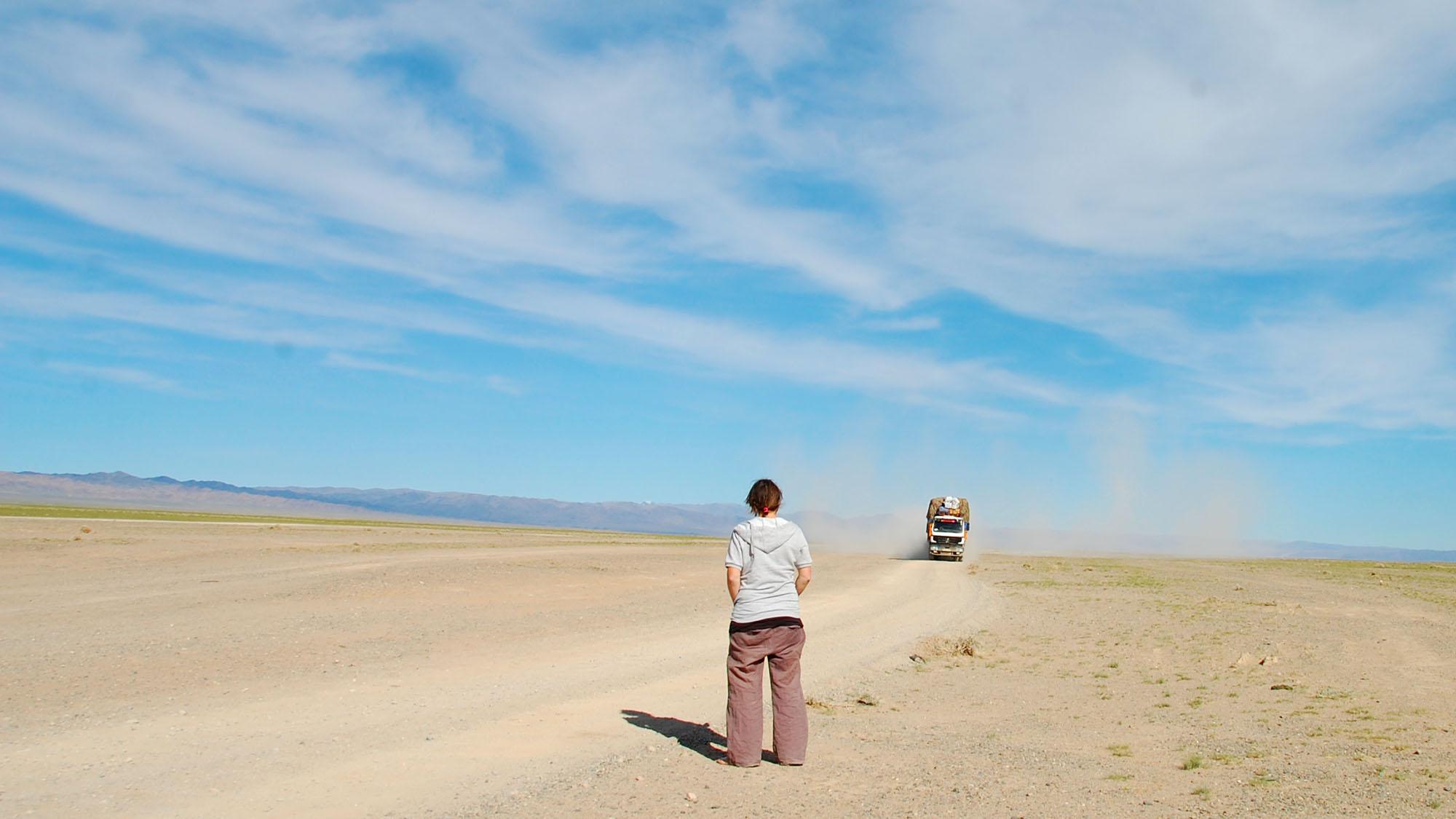 Noen ganger trengte vil hjelp for å finne veien. Da var det bare å vente til vi så en støvsky, og prøve å stoppe en lastebil og spørre om veien.