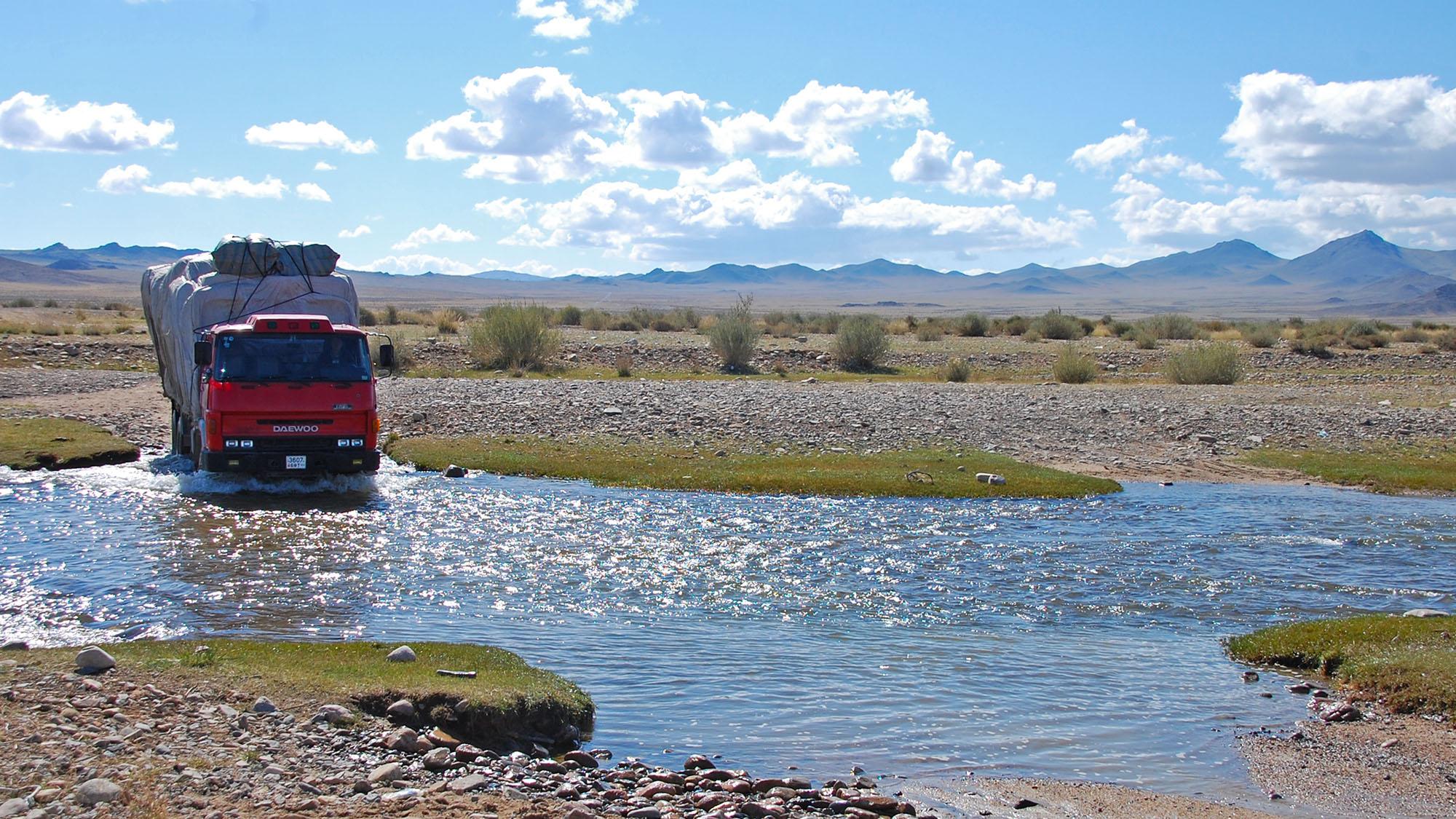 Den enkleste måten å finne dybde på - vente på en lastebil. De ga oss ofte tommel opp eller tommel ned om vi skulle prøve eller ikke. Og innimellom ble vi tipset om at det fantes en bro i nærheten.