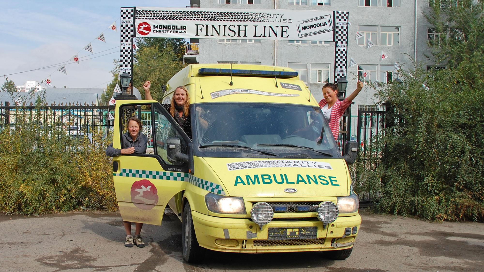 Etter 11 uker på veien og 18 200 kilometer bak oss gjennom 18 land var vi fremme i Ulan Bator. Her donerte vi ambulansen til Go Help.