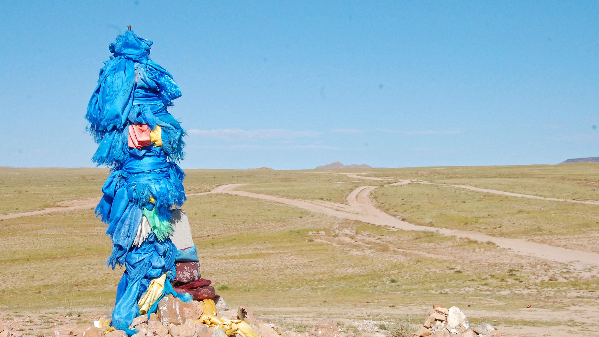 Mange steder kan man se de blå silkesjalene som kalles khadag på stener, trær og på hellige steder. Blå er en hellig farge i Mongolia.