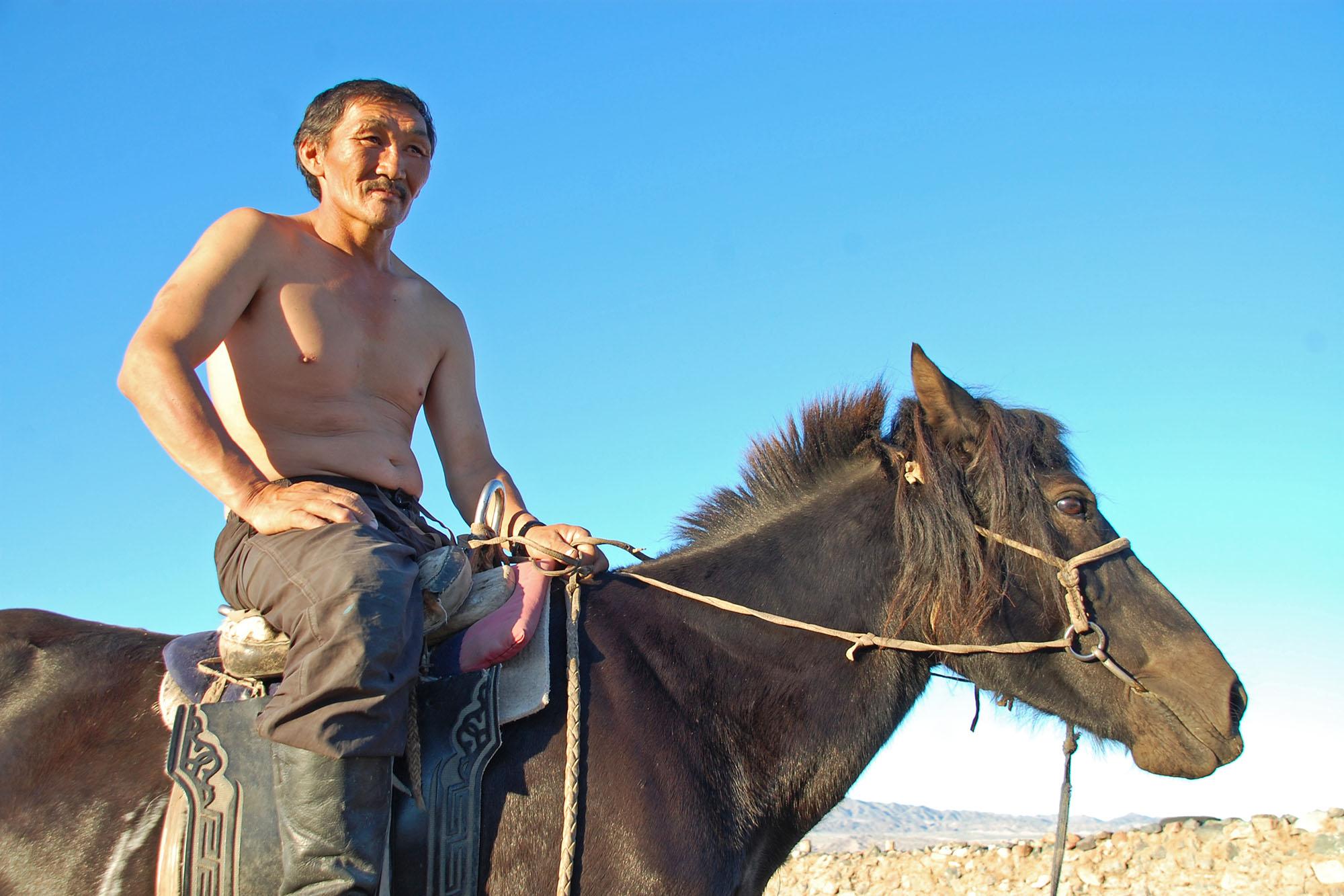 Noen ganger møtte vi folk også, og de var nysgjerrige og ville gjerne titte på bilen og vi fikk sitte på hesten.