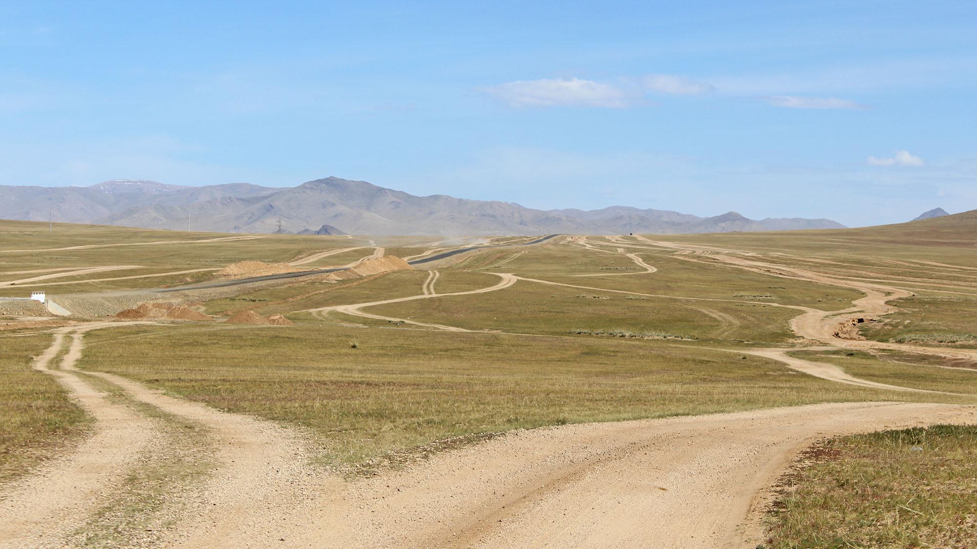 Det var ikke alltid like lett å velge riktig vei, og de var slett ikke rause med skiltingen gjennom Mongolia. Foto: Gro H Andersen
