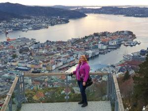 Kvinne ved utsiktspunkt over Bergen