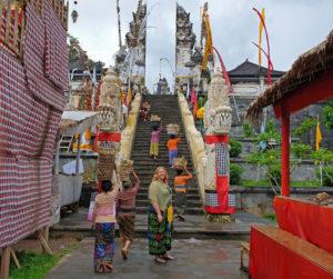 Kvinner ved tempel