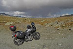 Motorsykkel i fjellandskap på Valdresflya